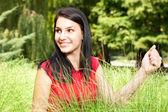 草の笑顔の女の子 — ストック写真