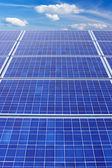 太阳能电池板和垂直的天空 — 图库照片