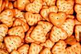 Cuore è costituito da un cracker su uno sfondo di altri biscotti 2 — Foto Stock