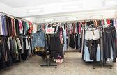 Kleidung bei einem flohmarkt-verkauf. — Stockfoto