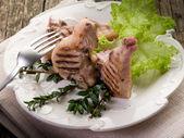 Côtes d'agneau grillé avec salade-costolette agnello — Photo