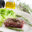 Tenderloin with green salad — Stockfoto