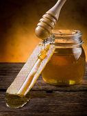 мёд с пчелиным воском — Стоковое фото