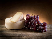 Cheese and grapes — Stock fotografie