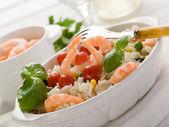 Ris sallad med räkor och tomater — Stockfoto