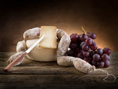 Cheese salami and grapes — Stock fotografie