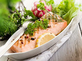 Grilled salmon with green salad — 图库照片