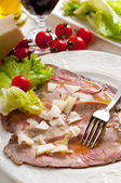 Roast beef marinated and parmesan cheese flakes — Stock Photo