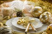 Mesa de navidad oro con decoraciones — Foto de Stock