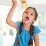 dziewczynka jedzenie spaghetti — Zdjęcie stockowe #6512036