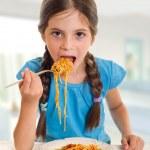 dziewczynka jedzenie spaghetti — Zdjęcie stockowe #6512038