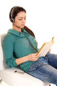 Girl reading book and listening mp3 player — Stock Photo