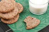 Nahaufnahme von cookies auf einen teller mit einem glas milch — Stockfoto