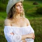 mulher bonita na natureza — Foto Stock