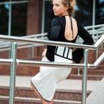 jovem mulher na escada — Foto Stock