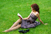 Young woman reading a book — Zdjęcie stockowe