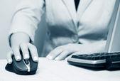 Mains de femmes travaillant sur l'ordinateur — Photo