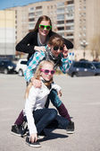 Dospívající dívky na ulici města — Stock fotografie