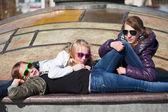Tienermeisjes ontspannen op een straat — Stockfoto