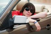 Junger mann in einem cabrio — Stockfoto