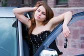 Mladá žena s auto klíčem — Stock fotografie
