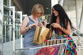 Mulheres jovens com carrinho de compras — Foto Stock