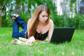 Young woman working on laptop — Stock fotografie