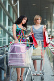 Young women with shopping carts — Stockfoto