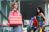 Two young women with shopping bags — Foto Stock