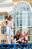 Teenager entspannend auf einer stadtstraße — Stockfoto