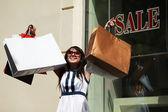 Jeune femme shopping — Photo
