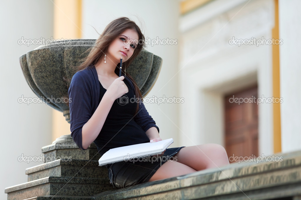 Young female student on campus between classes. — Stock Photo #6345302