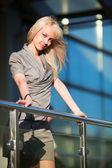 Joven empresaria en las escaleras — Foto de Stock