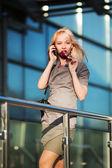Jeune femme d'affaires sur le téléphone — Photo