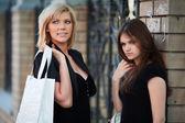 Duas mulheres jovens, em uma rua da cidade — Foto Stock