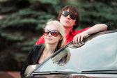 Młoda para z nowego samochodu — Zdjęcie stockowe