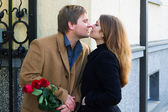 Happy young couple with a roses — Stock fotografie
