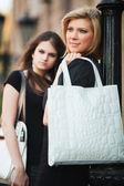 Dvě mladé ženy na ulici ve městě — Stock fotografie