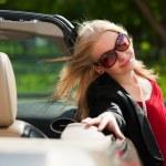 jonge vrouw met een auto — Stockfoto