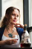 Ung kvinna med en cognac — Stockfoto