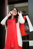 Happy shopper sur le téléphone — Photo