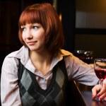 Молодая женщина в баре — Стоковое фото
