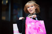 счастливый молодая женщина покупки — Стоковое фото