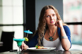 Junge frau, die restaurants — Stockfoto