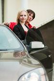 年轻夫妇与一辆新车 — 图库照片