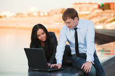 Young couple with laptop — Stockfoto
