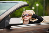 若い女性、コンバーチブルを運転 — ストック写真