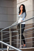 Piękna kobieta, opierając się na poręczy — Zdjęcie stockowe