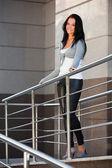 Vacker kvinna lutar på ledstången — Stockfoto