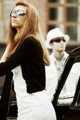 Casal jovem com um carro retrô — Foto Stock